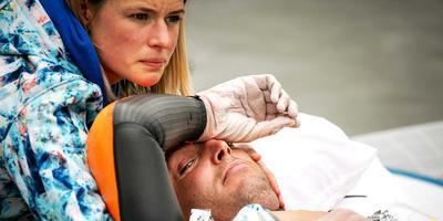 Maarten van der Weijden doodop maar nog steeds scherp op de brancard in Burdaard, met aan zijn zijde zijn echtgenote Daisy. FOTO ANP/REMKO DE WAAL