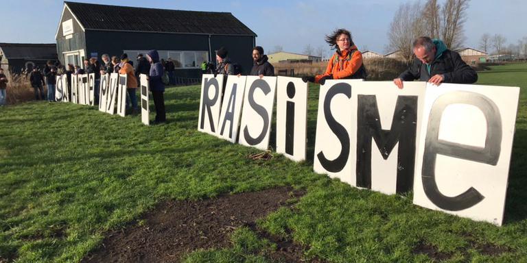 Demonstranten van Kick Out Swarte Pyt (KOSP) in Grou. FOTO LC