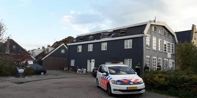 Op het verwoeste dak zijn de schuimresten van het blussen nog zichtbaar.