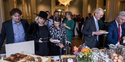 Prinsjesdagontbijt met suikerbrood. Achter de tafel van links naar rechts Klaas Kielstra, Agnes Mulder, Jetta Klijnsma en Hendrik ten Hoeve.