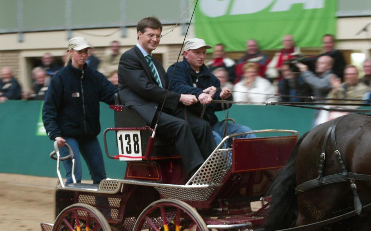 Jan Peter Balkenende, hier in april 2002 op verkiezingstoernee in Friesland, in het Fries Paardencentrum in Drachten achter het tweespan van Hennie Koeremans. Balkenende zou vier kabinetten aanvoeren.