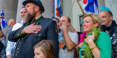 Seye Herke Brinkman (met hoed) tijdens de 'huldiging' van Jenny Douwes, een maand geleden. Foto LC/Arodi Buitenwerf