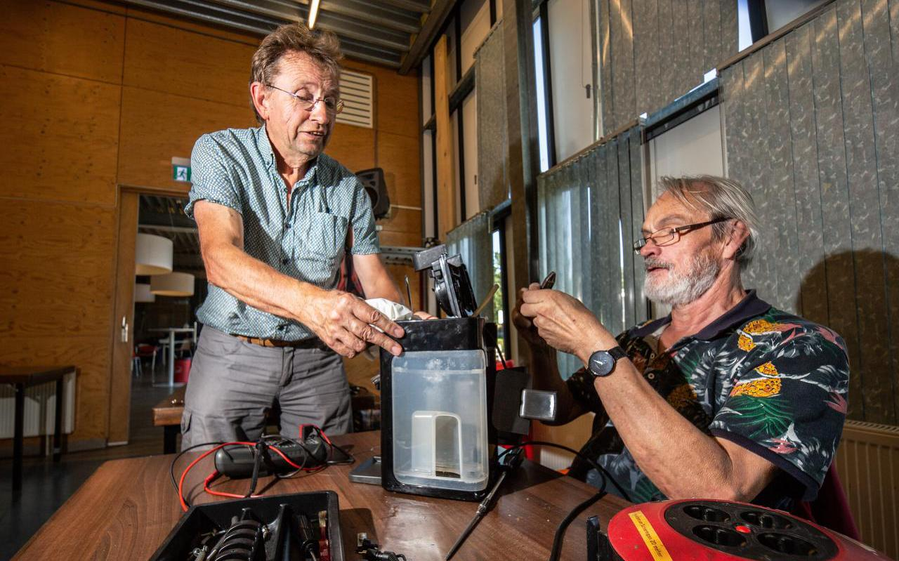 Bert Pool (70) en Dick Gijsen (65) repareren vanmiddag koffiezetapparaten.
