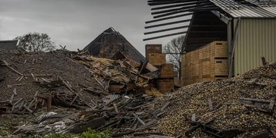 De brand in de boerderij van de familie Vogels in Firdgum richtte voor miljoenen schade aan. foto Hoge Noorden/Jacob van Essen