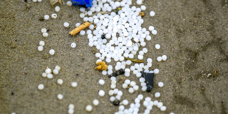 5.5 miljoen plastic korrels op het strand