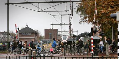 De overgang in de Schrans wordt gezien als Leeuwardens 'voornaamste verkeersknelpunt'. foto Niels Westra