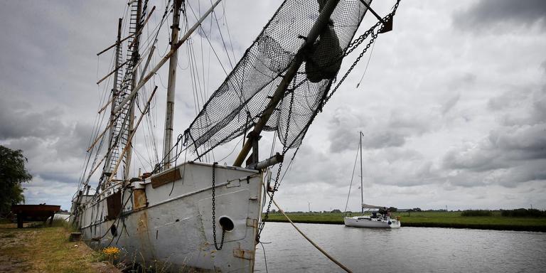 Driemaster Sylvia, afgemeerd bij Dronryp, vlak voor hij werd afgesleept naar een scheepssloperij. Dat had nooit mogen gebeuren, stelt de Stichting MS Sylvia die strijdt voor schadevergoeding.FOTO CATRINUS VAN DER VEEN.