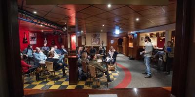 Rienk Aalbers vertelt de afvaardiging van de Leeuwarder gemeenteraad over zijn plannen voor een culturele broedplaats voor jongeren. Die zou hij graag in Zalen Schaaf vestigen. FOTO HOGE NOORDEN/JACOB VAN ESSEN