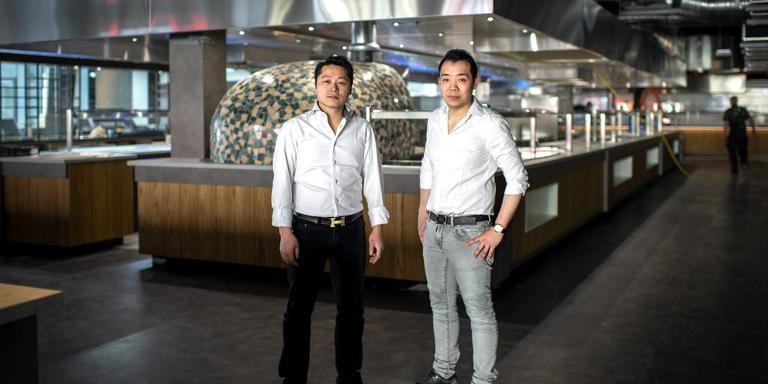 Eigenaren Haiyi Chan (links) en André Chen in de open keuken van Omnia. De keuken is 1000 vierkante meter groot en 200 meter lang. FOTO JILMER POSTMA
