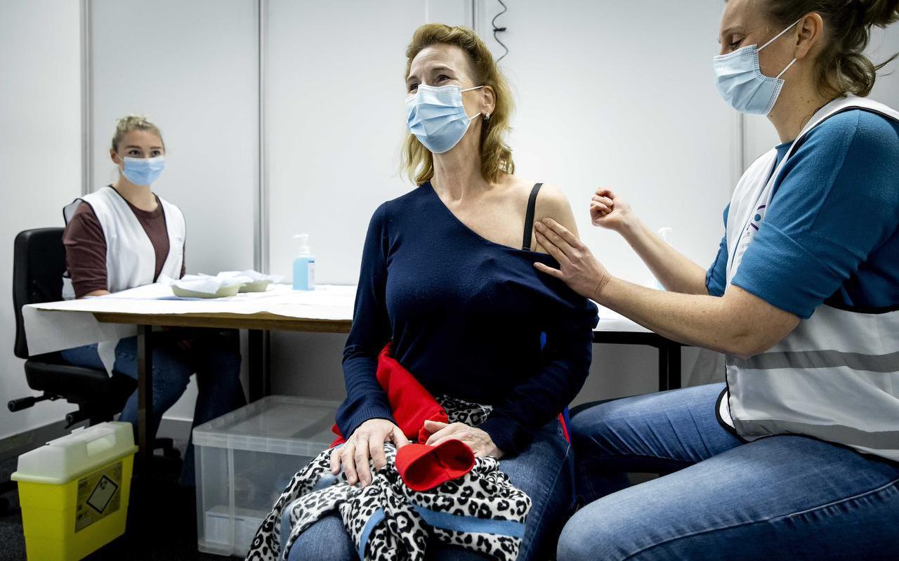 In het evenementencomplex Expo Houten vond maandag een zogenoemde dry run plaats ter oefening voor het GGD-personeel, dat vrijdag begint met massale vaccinaties tegen het coronavirus.