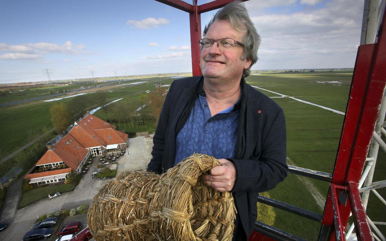 Wethouder Jan Atze Nicolai van Leeuwarden bekeek de polder woensdag vanaf een hoge kraan. In zijn handen een symbolisch cadeau van de plannenmakers: een eendenkorf Links op de achtergrond De Wâldwei en Zuiderburen. FOTO NIELS WESTRA