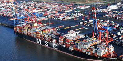 Een luchtfoto van het containerschip MSC Zoe in de Bremerhaven.