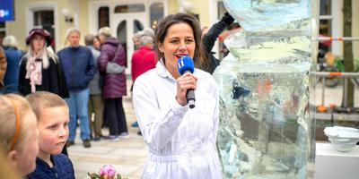 Birthe Leemeijer bij de sobere 'opening' in Dokkum. FOTO JILMER POSTMA