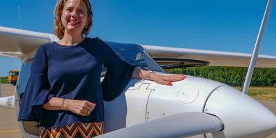 Minister Cora van Nieuwenhuizen (55) bij een elektrisch vliegtuig dat vanaf Eelde naar op Vliegbasis Leeuwarden vloog. FOTO LC/ARODI BUITENWERF