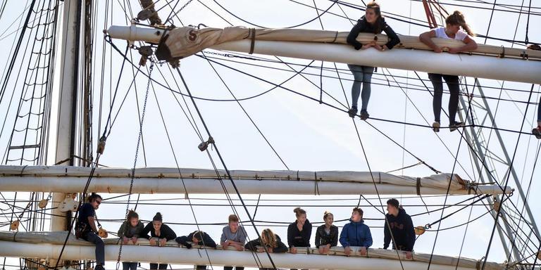 Voor het eerst de mast van een tallship in: zaterdag snuffelden 120 trainees die deze zomer aan de Tall Ships Race meedoen voor het eerst aan het zeemansleven. FOTO NIELS DE VRIES