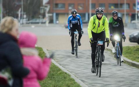 Deelnemers Winterfietselfstedentocht vertrekken in alle vroegte vanaf Elfstedenhal