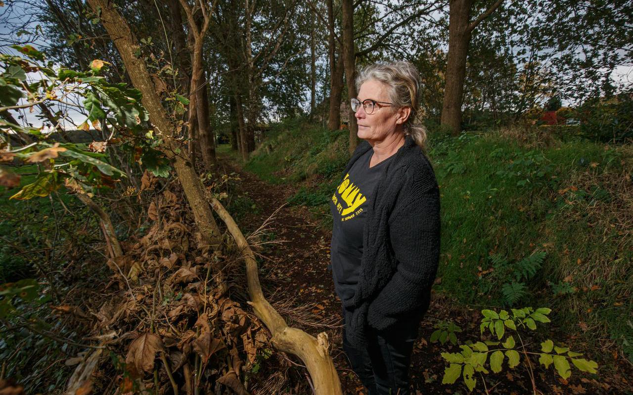 Hillie de Koe op haar erf vol bomen.