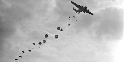 Britse parachutisten boven de Ginkelse Heide in de jaren zestig. FOTO ANP