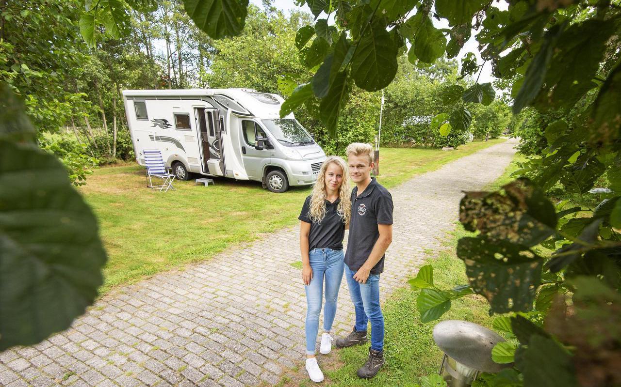 Gerry Talma (18) en Dennis Tiemersma (21) op hun camping, 't Heidestek. FOTO MARCEL VAN KAMMEN