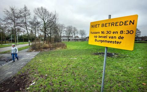 Noodverordening met verbodsbord voor een veld in Twijzelerheide waar de laatste weken brandjes en politie optreden is geweest.