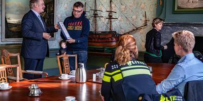 Jeroen Pietersma krijgt de oorkonde van de Harlinger burgemeester Roel Sluiter. FOTO NIELS DE VRIES