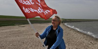 Lutz Jacobi zwaait op het Harlinger strand met de rode vlag. FOTO SIMON BLEEKER