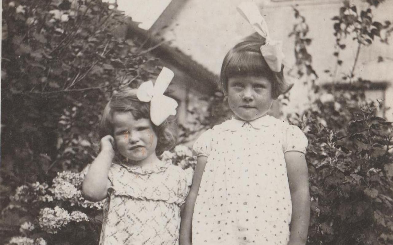 Afie (links) en Anke de Boer in de tuin van het ouderlijk huis. De foto is waarschijnlijk in 1938 gemaakt.
