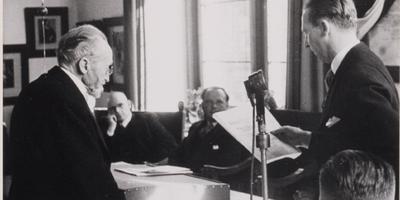 Uitreiking van de Gijsbert Japiksprijs in 1947 aan Obe Postma (links)