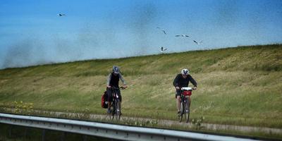Fietsers op de Afsluitdijk. FOTO CATRINUS VAN DER VEEN