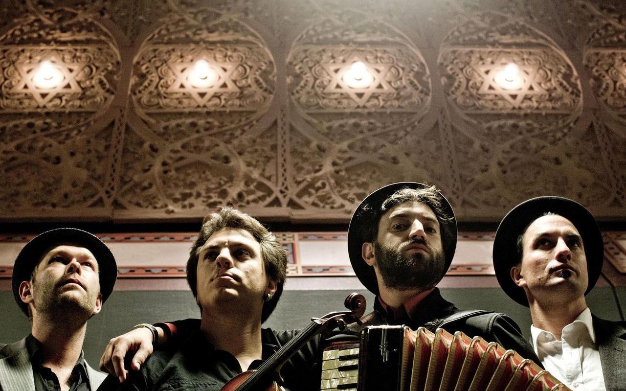 Daniel Kahn (tweede van rechts) & The Painted Bird, ook op festival Yiddish Waves.