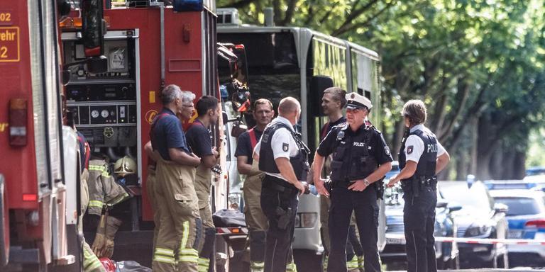 Hulpdiensten bij de bus waarin de steekpartij plaatsvond. FOTO AFP