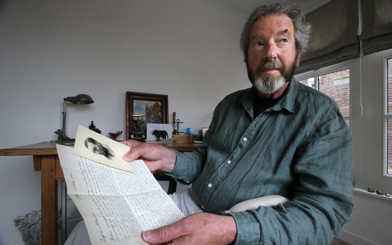 Gerrit Schuil met de afscheidsbrief en een foto van zijn oom Gerrit. ,,Liefste allemaal'', staat erboven. FOTO NIELS WESTRA