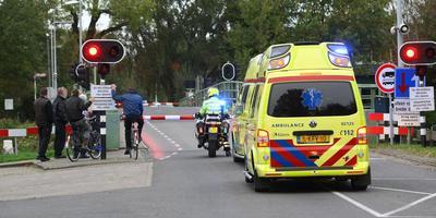 De ambulance stond maandag met twee zwaargewonde slachtoffers te wachten voor de brug bij Skûlenboarch. FOTO DE VRIES MEDIA/GEERT HUISMAN