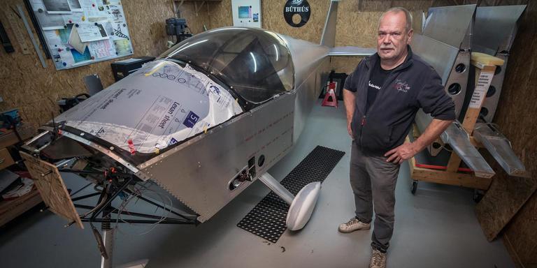 """Amateur vliegtuigbouwer Peter Karel: """"Ik had geen zin meer om met zweefvliegtuigen te sjouwen."""" FOTO NIELS DE VRIES"""