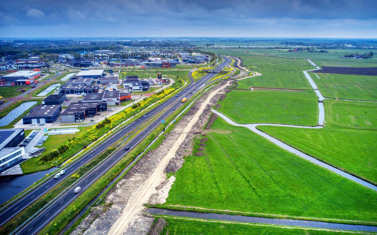 Rechts van de A7 het terrein waarop het zo gewenste De Hemmen III moet komen. De zandstreep geeft de uitrit-in-aanleg vanaf Bolsward aan.