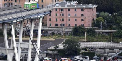 De ingestorte brug in Genua, reden voor een raadslid in Opsterland om vragen te stellen over de veiligheid van de bruggen in zijn gemeente. FOTO EPA/FLAVIO LO SCALZO