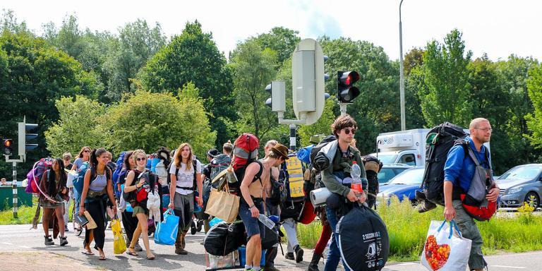 Psy-fi-gangers met bagage en kampeeruitrusting op weg naar het festivalterrein. FOTO LC/ARODI BUITENWERF