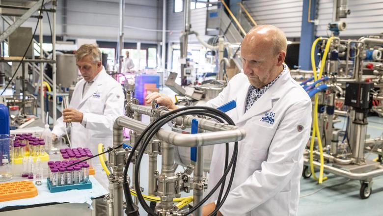 Onderzoekers Harry van Dalfsen en Henk Schonewille in actie tijdens de WaterCampus Experience Day.