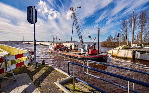 Schipper met drank op vaart tegen sluis, patrouilleboot politie zag aanvaring gebeuren