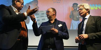 John Leerdam, presentator Gerard van der Veer en burgemeester Ferd Crone tijdens de Antillianenconferentie. Crone kreeg stevige kritiek van Leerdam over de Veiligheidsagenda die volgens Leerdam discriminerend is voor Antillianen. FOTO NIELS WESTRA