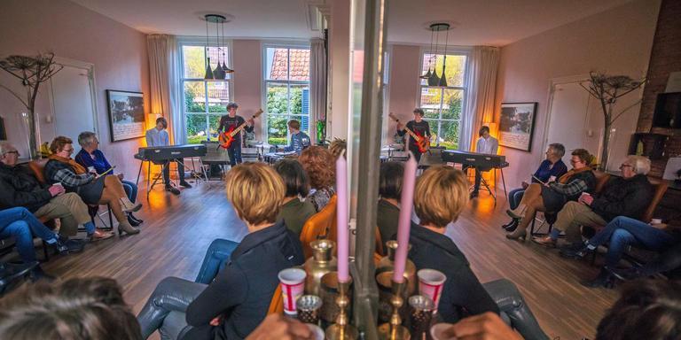 De huiskamer van Annejet Slippens in Sneek, die altijd openstaat voor een muzikaal feestje. Trio Wilbert Kaal (de toetsenist) speelde hier jazz tijdens Muziek bij de buren. FOTO NIELS DE VRIES