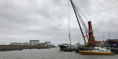 Twee kranen stonden dinsdagochtend op scherp bij een van de grootste zeiljachten ter wereld. De Eos wachtte op zijn drie masten. FOTO LC