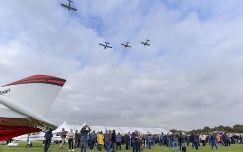 Na de afscheidsdienst vlogen vier vliegtuigen over in de 'missingman-formatie', waarbij een van de vliegtuigen afbuigt, een saluut voor omgekomen piloten. FOTO RENS HOOYENGA