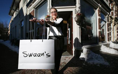 Ursula Zwaan voor haar winkel Swaans Mode in de Kleine kerkstraat.