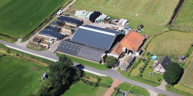 Op deze luchtfoto is duidelijk de ontwikkeling van het boerenbedrijf van Gerlof Terpstra aan de Koaidyk zichtbaar. De oude pleats is te herkennen aan het rode dak. Het gebouw werd verlengd om meer koeien te kunnen bergen. De stal aan de weg is een ligboxenstal, gebouwd in 1989. In 2013 kwam daar een hoge nieuwe stal naast. Ook werd er een nieuwe woning op het perceel gebouwd. FOTO'S HEIDENSKIPSTER PLEATSEN