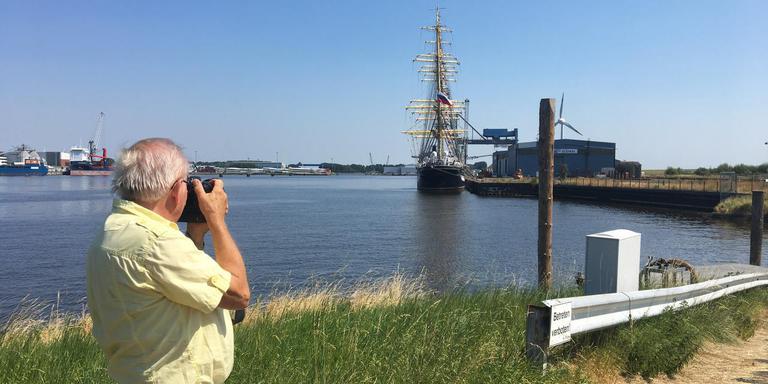 Oud-havenmedewerker Hartwieg van der Velden kan alleen op afstand een foto maken van de Kruzenstern, die in een afgesloten haven in het Duitse Emden ligt, samen met de Sedov.
