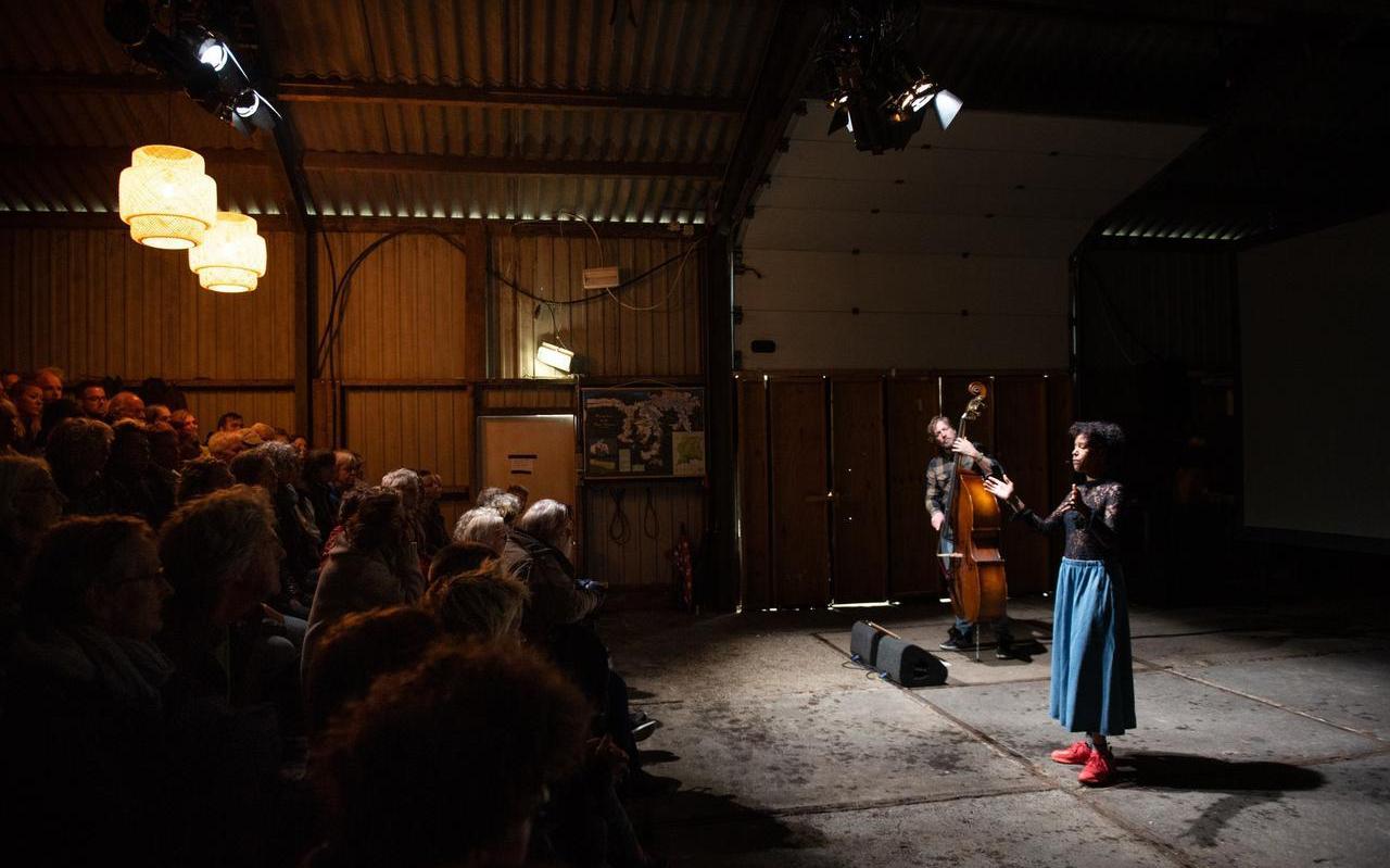 Emma Lesuis, begeleid op contrabas door Nana Adjoa, in Aardappelbloed.  FOTO RUBEN HAMELINK