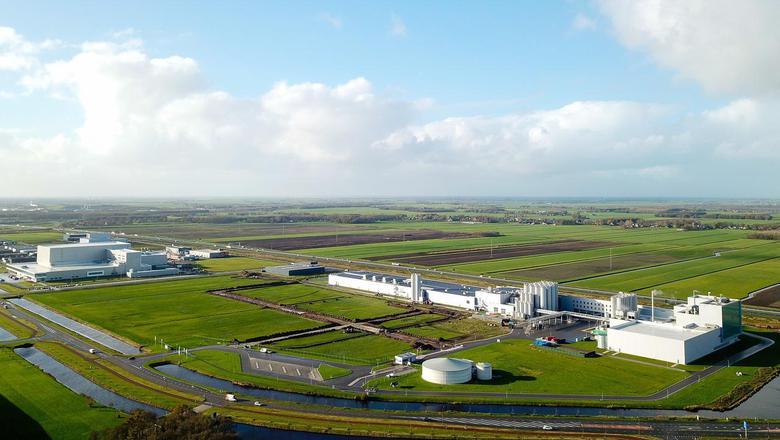 Rechts op de foto het bestaande complex van A-ware langs de A7. Foto LC/Arodi Buitenwerf