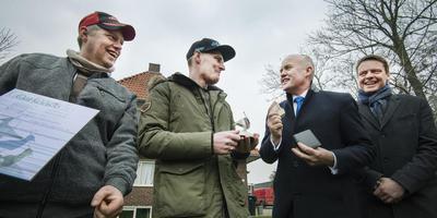 Eduard van der Hoek ontving donderdag de Sulveren Ljip van commissaris van de koning Arno Brok. Links zijn vaste zoekmaat Michel de Groot en rechts gedeputeerde Johannes Kramer. FOTO MARCEL VAN KAMMEN
