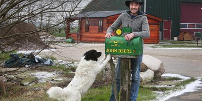 Ynse Vellenga met hond Scooby. Hij maakt met zijn melkveebedrijf de overstap naar biologisch. FOTO NIELS WESTRA